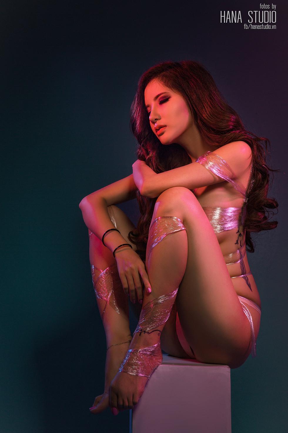 长腿女神紧身牛仔短裤性感撩人+透明塑料裹身秀豪乳诱惑写真25P